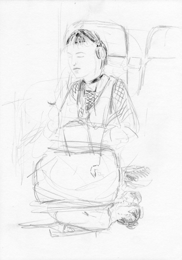 Junge Frau mit Kopfhörern im Zug